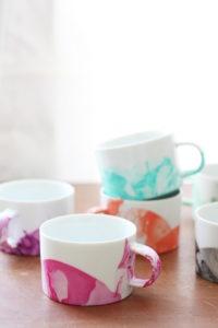Easy Marbled DIY Mugs