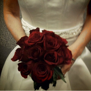 http://www.allfreediyweddings.com/Make-Your-Own-Bouquet/Romantic-Red-Rose-Bouquet